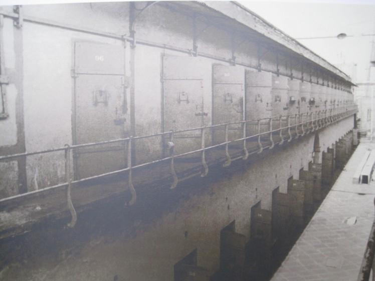 """""""Las celdas de la penitenciaría vigiladas por la torre (o panóptico)""""."""