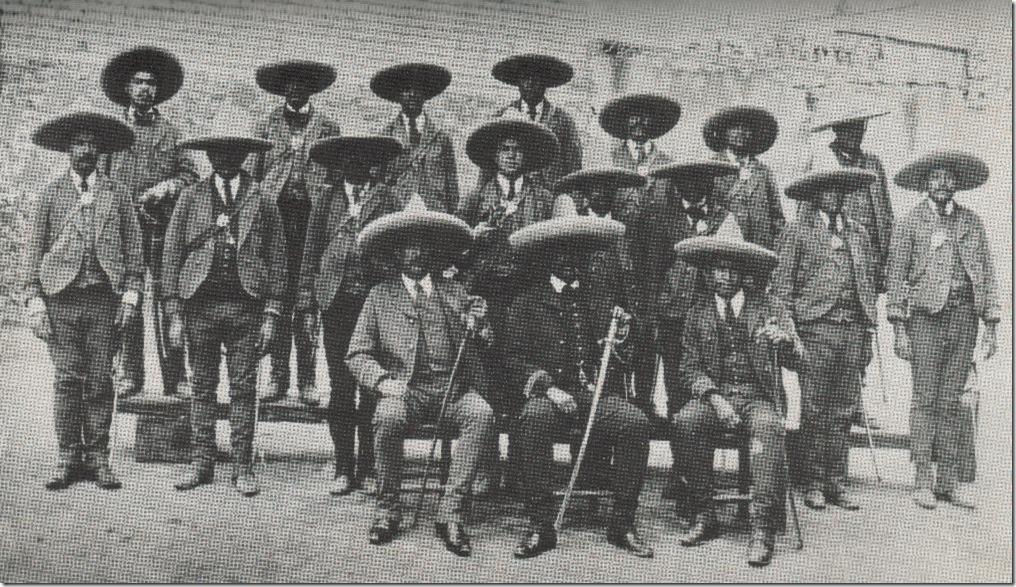 01 - Oficiales de un cuerpo con sus uniformes de Gala
