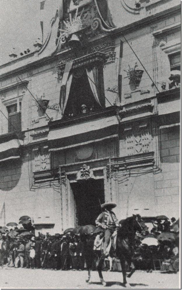07 - El general Porfirio Díaz observa su policia rural desde el balcón del palacio presidencial